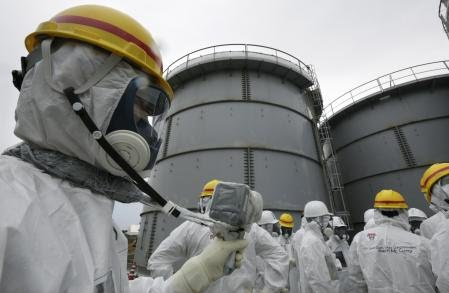 Okuma (Japan), 07/11/2013.- (FILE) - Tokyo Electric Power Corporation officials measure radiation levels at the H4 tank area at the Fukushima Daiichi Nuclear Power Plant in Okuma, Fukushima Prefecture, northeast of Tokyo, Japan, 07 November 2013 (reissued 13 April 2021). On 13 April 2021, the Japanese government decided to release treated water containing tritium from the crippled Fukushima Daiichi Nuclear Power Plant into the Pacific Ocean. (Japón, Tokio) EFE/EPA/KIMIMASA MAYAMA/POOL