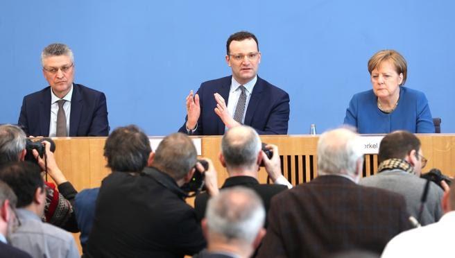 Lothar Wieler presidente del Instituto Robert Koch Jens Spahn ministro de Sanidad y la canciller Angela Merkel en rueda de prensa