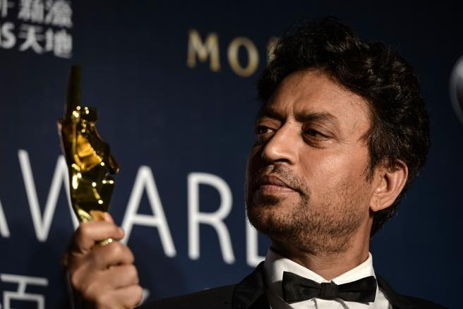 Irrfan Khan posa con su trofeo en el Asian Film Awards en Macau.